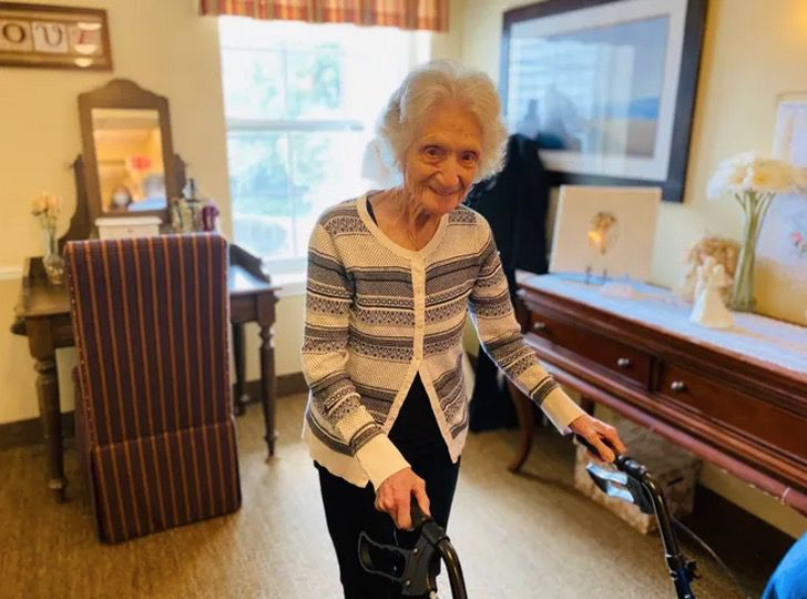 Captura de Pantalla 2020 08 12 a las 12.49.52 - Com 107 anos ela já derrotou o coronavírus e a gripe espanhola. Ela é tão forte que dança para comemorar