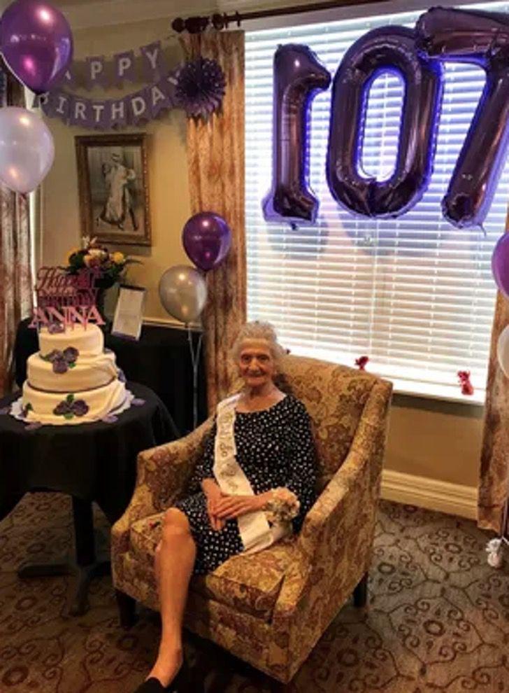 Captura de Pantalla 2020 08 12 a las 12.50.02 - Com 107 anos ela já derrotou o coronavírus e a gripe espanhola. Ela é tão forte que dança para comemorar