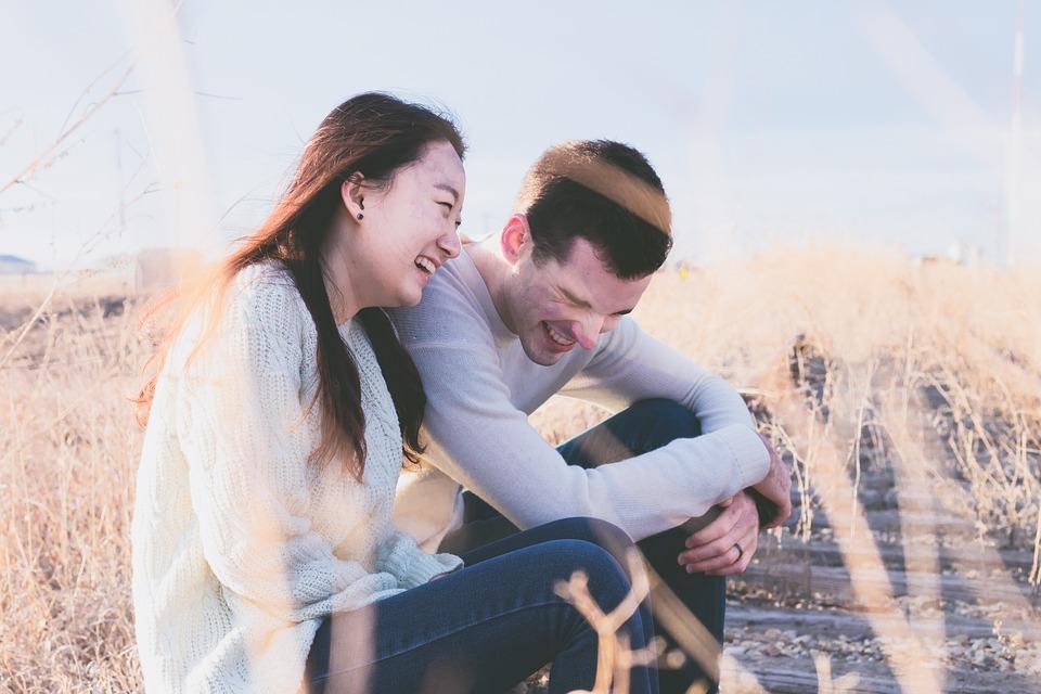 Casal feliz foto de Pexels - A simplicidade é uma qualidade de pessoas extraordinárias