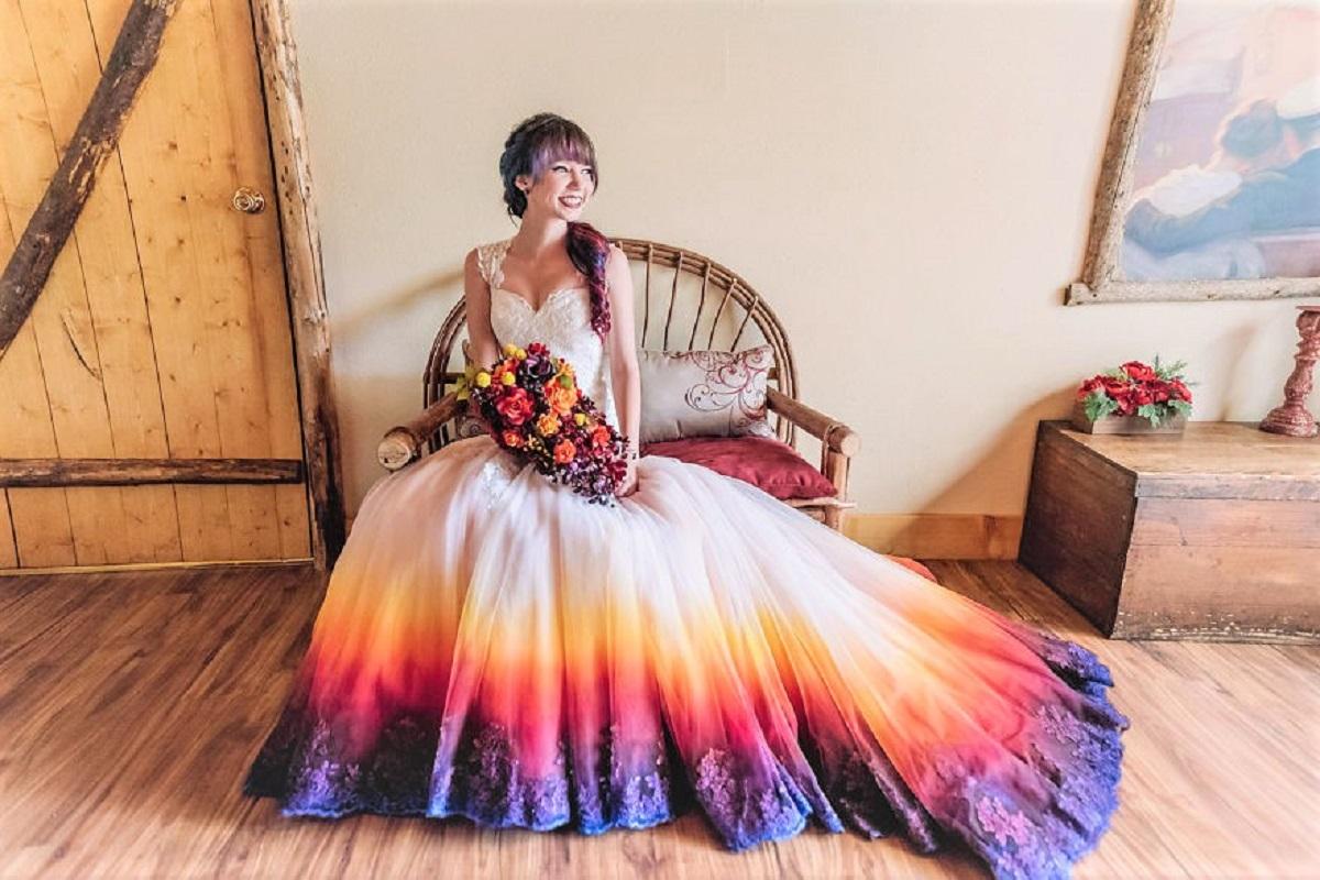 """Créditos da imagem taylorannart jamestangphotography - Artista inicia um negócio de vestidos de noiva coloridos depois que seu vestido de """" fogo"""" viralizou na internet"""