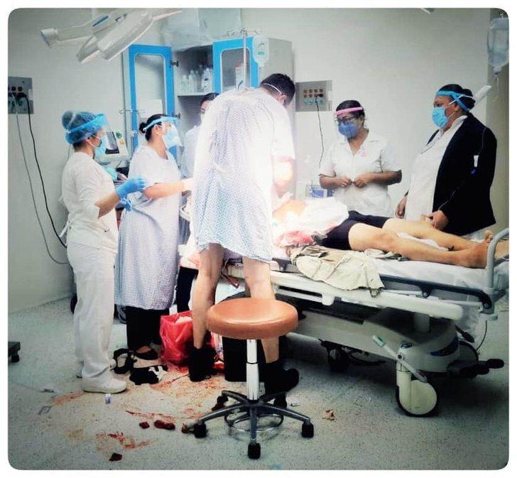 EeA7Ko4UYAA5BZd - Um médico internado na emergência se levanta da cama para ajudar outro paciente. Ele arriscou sua vida