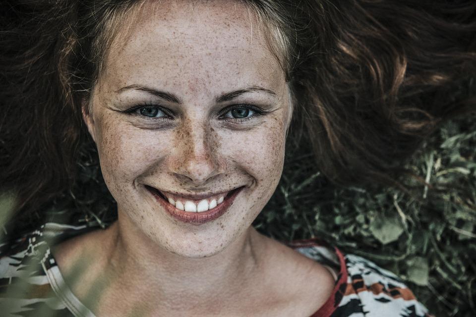 Sorriso foto de Pexels - A simplicidade é uma qualidade de pessoas extraordinárias