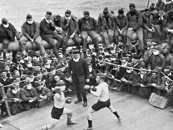 asda - Imagem vintage mostra fãs de futebol usando máscaras durante a pandemia de 1918