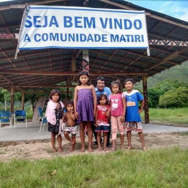 comunidade matri - Professor caminha 30 Km e atravessa riacho com água pelo pescoço para imprimir material didático dos alunos indígenas em Roraima.