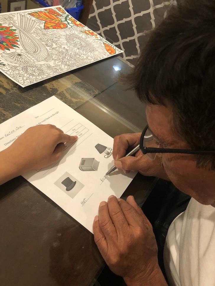 felipe 5 - Ele nunca foi à escola e aprendeu a escrever na quarentena. Mostra com orgulho suas primeiras palavras.