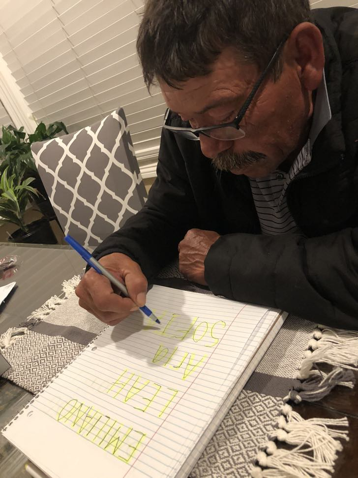felipe 6 - Ele nunca foi à escola e aprendeu a escrever na quarentena. Mostra com orgulho suas primeiras palavras.