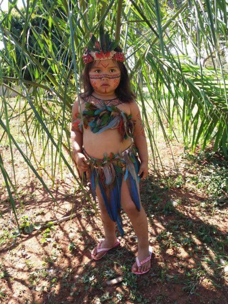 1 1 5 - Aos 3 anos, Joelaine mostra com fofura a cultura de sua aldeia em (MS)