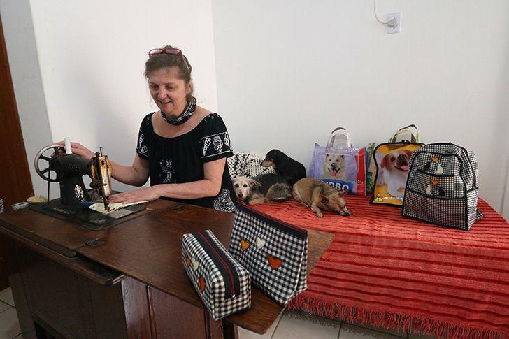 2 4 - Professora transforma sacos de ração em mochilas conheça esta idéia sustentável
