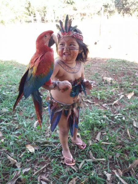 2 6 - Aos 3 anos, Joelaine mostra com fofura a cultura de sua aldeia em (MS)