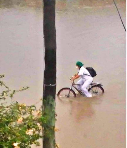2 - Enfermeira  que atravessou enchente de bicicleta é gentilmente recompensada pela sua bravura