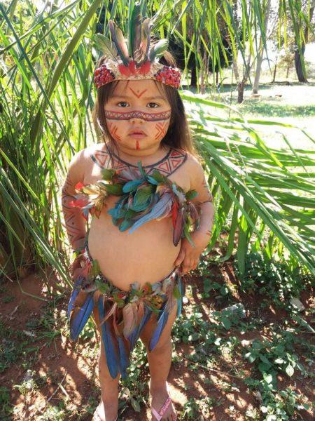 3 6 - Aos 3 anos, Joelaine mostra com fofura a cultura de sua aldeia em (MS)