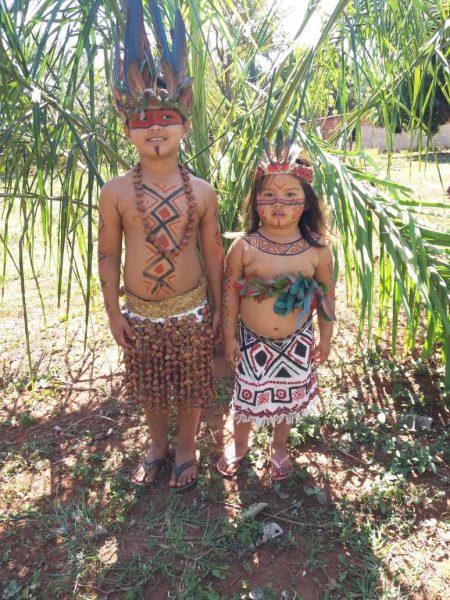 4 6 - Aos 3 anos, Joelaine mostra com fofura a cultura de sua aldeia em (MS)