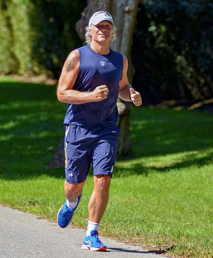 5 1 - Jon Bon Jovi surpreende com seu físico tonificado. Ele fez uma pausa em suas excursões e instituições de caridade
