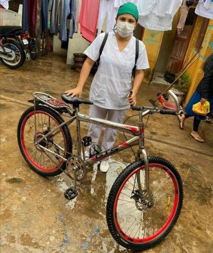 5 - Enfermeira  que atravessou enchente de bicicleta é gentilmente recompensada pela sua bravura