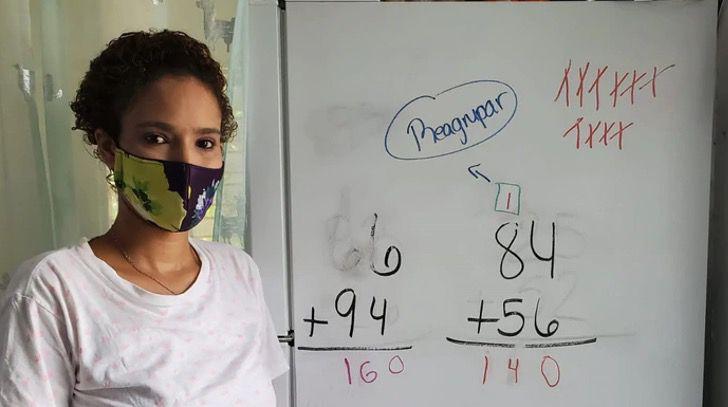 Captura de Pantalla 2020 09 22 a las 15.01.35 - Mãe porto-riquenha usa sua geladeira como quadro-negro para educar seus filhos. Eles precisam continuar aprendendo