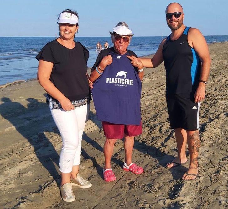 Captura de Pantalla 2020 09 25 a las 11.52.55 - O avô de 85 anos se dedica a limpar o lixo das praias. Ele é um exemplo para sua comunidade