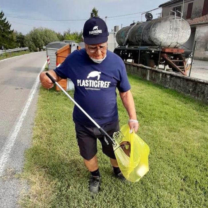 Captura de Pantalla 2020 09 25 a las 11.53.07 - O avô de 85 anos se dedica a limpar o lixo das praias. Ele é um exemplo para sua comunidade