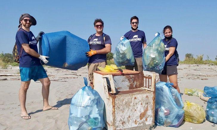 Captura de Pantalla 2020 09 25 a las 11.53.42 - O avô de 85 anos se dedica a limpar o lixo das praias. Ele é um exemplo para sua comunidade