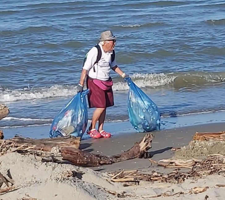 Captura de Pantalla 2020 09 25 a las 11.54.08 - O avô de 85 anos se dedica a limpar o lixo das praias. Ele é um exemplo para sua comunidade