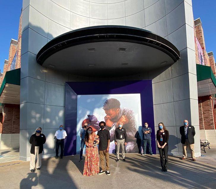 Marvel disney chadwick boseman mural honor fallecimiento0002 - Belo mural em homenagem a Chadwick Boseman foi revelado na Disneylândia. Wakanda para sempre!