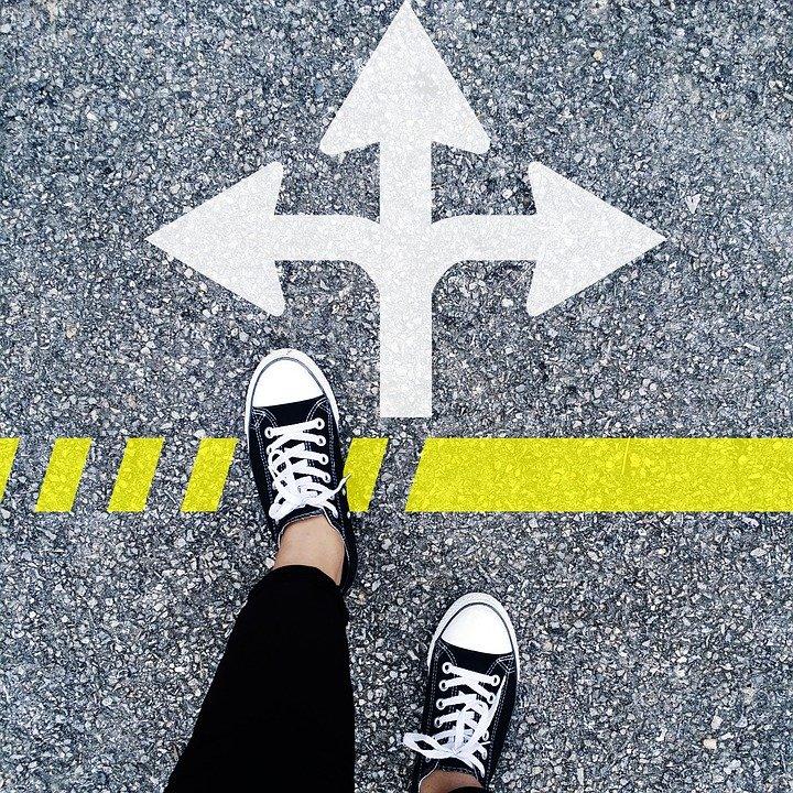choose the right direction 1536336 960 720 - O medo de estar errado, o inimigo das decisões