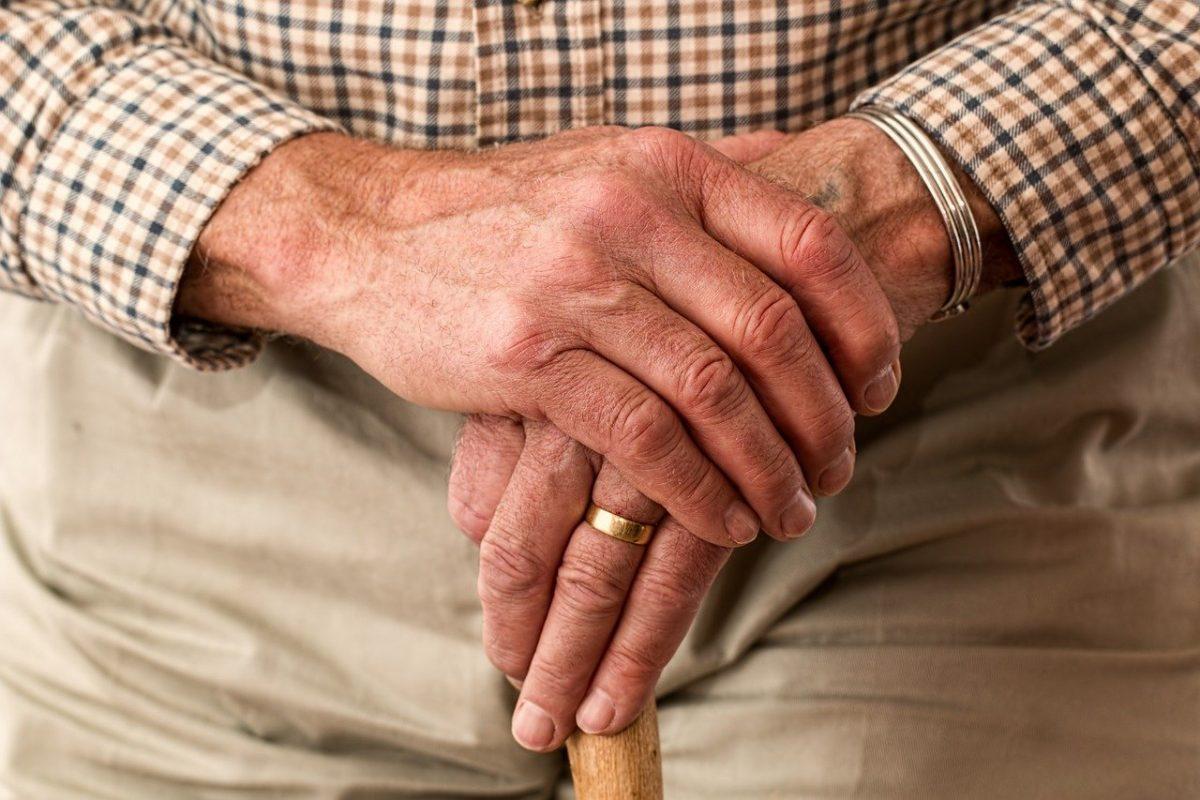 """hands 981400 1280 scaled - Professor de 91 anos gosta de dar aulas virtuais. Ele se comporta como um """"especialista"""" em tecnologia"""