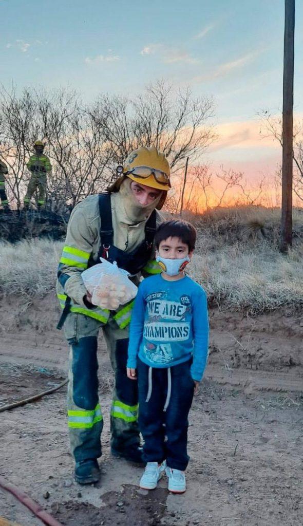 lolo lorenzo criollitos bomberos 590x1024 1 - Lorenzo gasta suas economias para ajudar bombeiros de Córdoba.