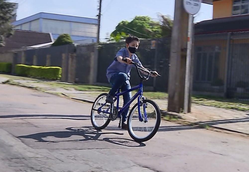 menino 1 - Menino risca um carro com sua bicicleta e deixa um bilhete comovente para o motorista
