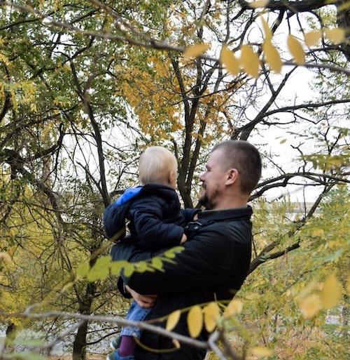1 8 - Mãe pretendia dar bebê com Síndrome de Down para adoção, pai decidiu cria-lo sozinho.