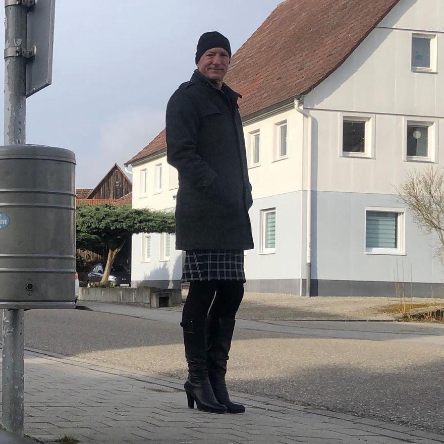 2 7 - Saias e saltos altos não são apenas para mulheres, esse cara prova isso perfeitamente (30 fotos)