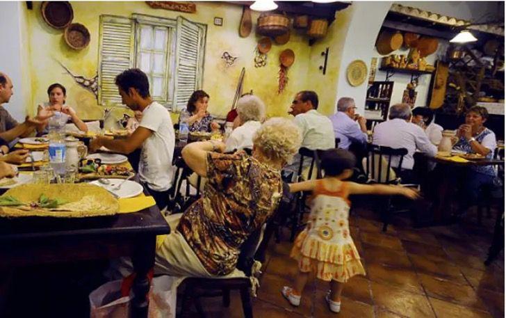 """3 2 - Restaurante não aceita crianças porque """"os pais não podem controlá-las"""". Eles querem evitar o contágio"""