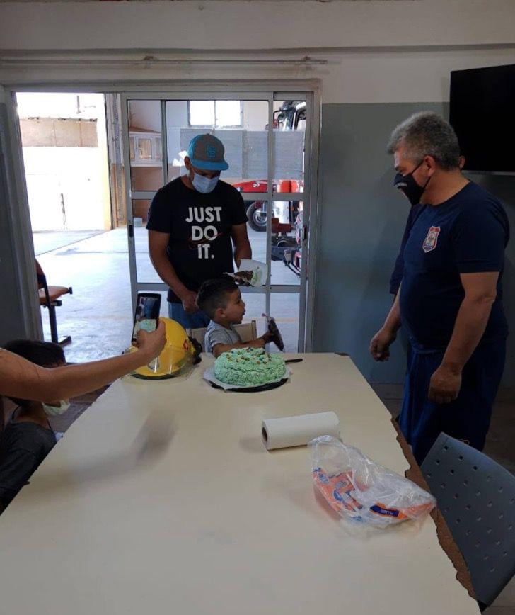 Captura de Pantalla 2020 10 22 a las 14.24.39 - O menino que foi salvo pelos bombeiros comemorou seu aniversário com eles.