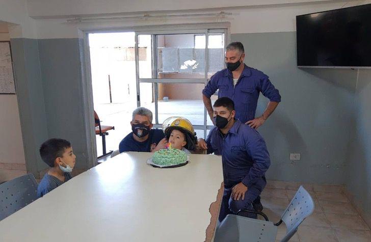 Captura de Pantalla 2020 10 22 a las 14.24.47 - O menino que foi salvo pelos bombeiros comemorou seu aniversário com eles.