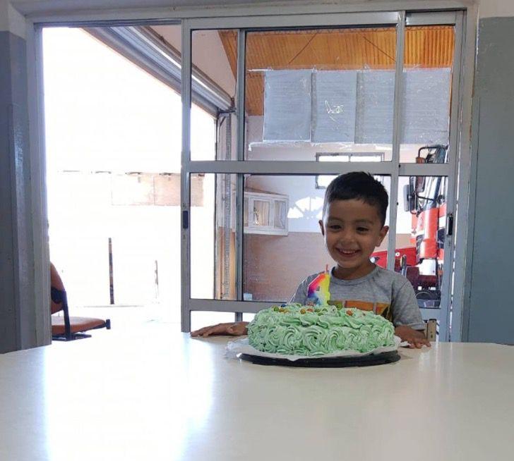 Captura de Pantalla 2020 10 22 a las 14.25.02 - O menino que foi salvo pelos bombeiros comemorou seu aniversário com eles.