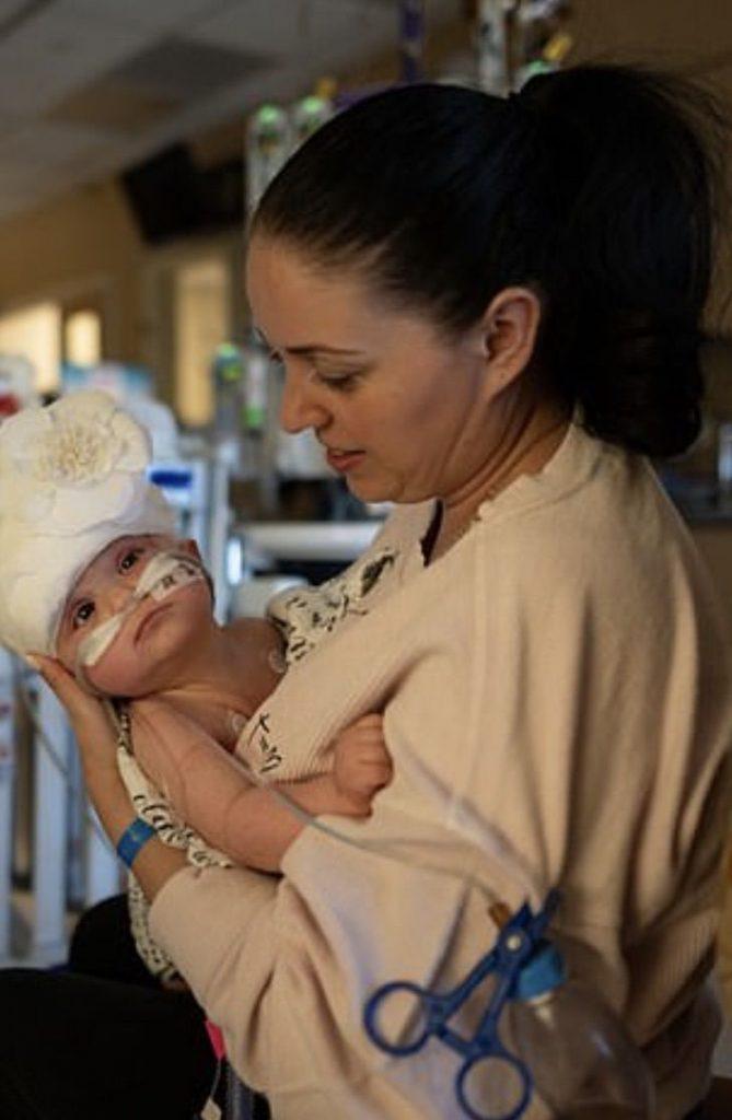 Captura de Pantalla 2020 10 30 a las 11.57.04 669x1024 1 - Gêmeas siamesas passaram por uma cirurgia de 24 horas. Graças a Deus e aos médicos foi um sucesso!