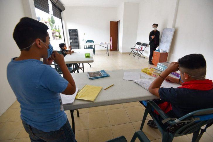 cdc - Estudante universitário dá aulas gratuitas para crianças sem internet ou televisão.