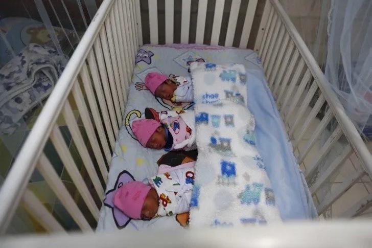 fmch15052020jftri69.jpg 1102185208 - Sua esposa morreu e ele sozinho cuida de seus trigêmeos recém-nascidos.