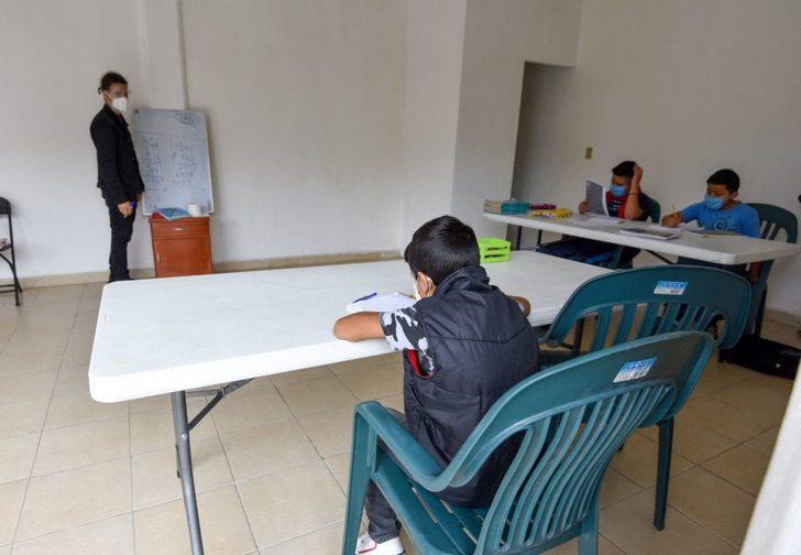 gh - Estudante universitário dá aulas gratuitas para crianças sem internet ou televisão.