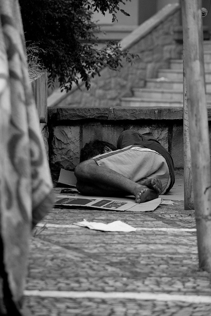 homeless man 2330393 1280 scaled - Ele foi morador de rua e hoje é rico e emprega apenas moradores de rua