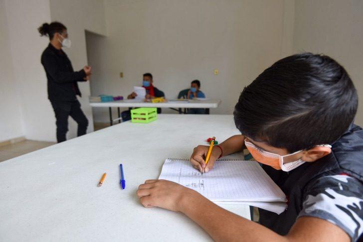 nvbn - Estudante universitário dá aulas gratuitas para crianças sem internet ou televisão.
