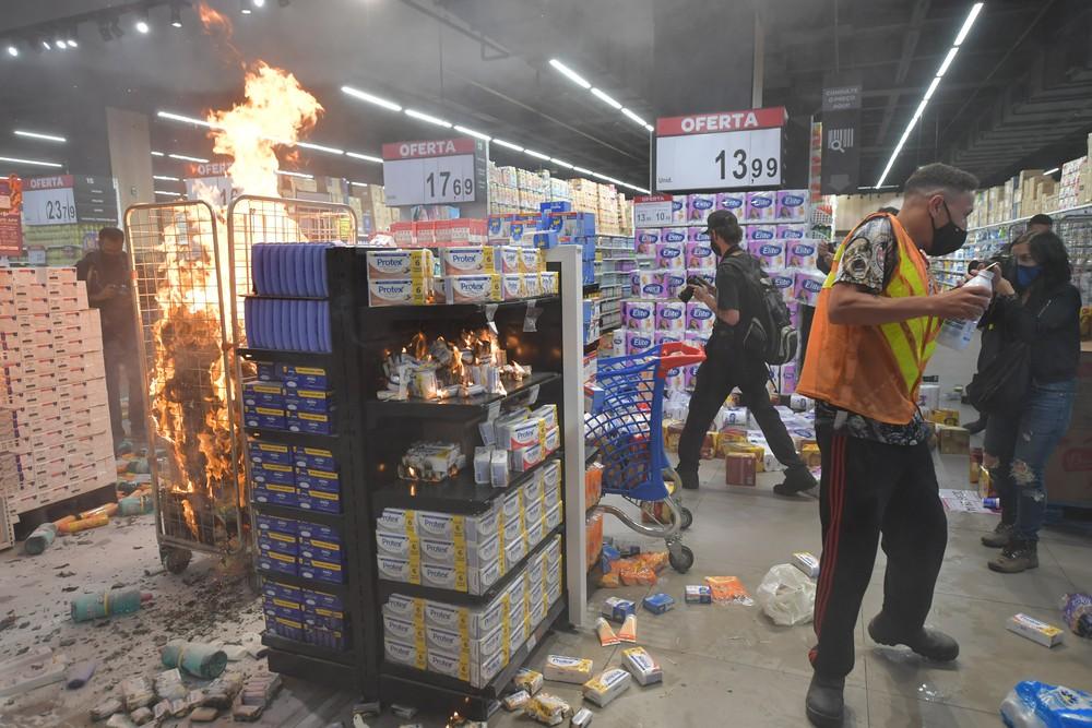 000 8vl2ux b 1 - Carrefour de São Paulo é invadido e depredado em protesto a morte de João Alberto.