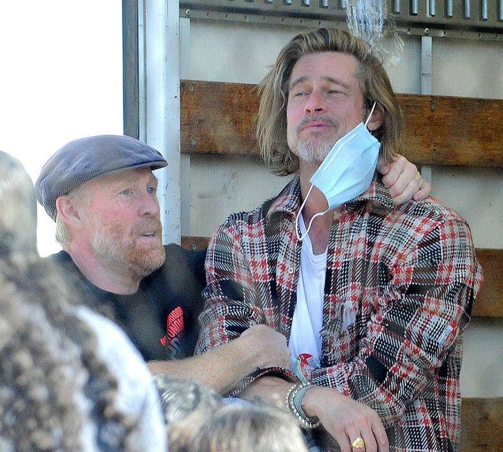 1 1 3 - Brad Pitt foi fotografado levando comida e ajuda aos necessitados. Ele colabora sem se exibir