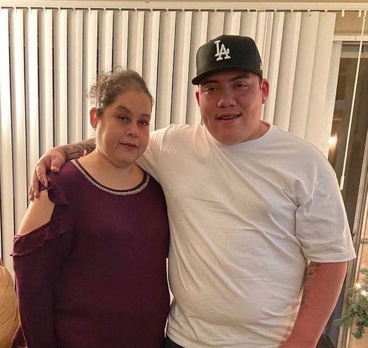 2 - Um jovem de 19 anos cuida de seus 5 irmãos depois que sua mãe morreu de COVID-19