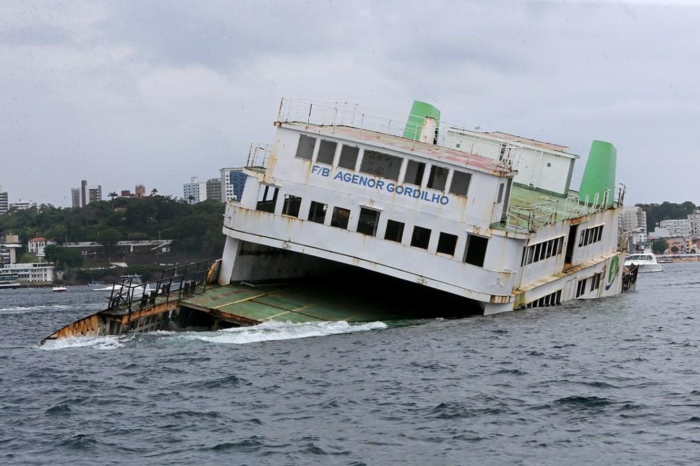 2b - Embarcações foram afundadas na Baía de Todos-os-Santos para serem utilizados no turismo subaquático