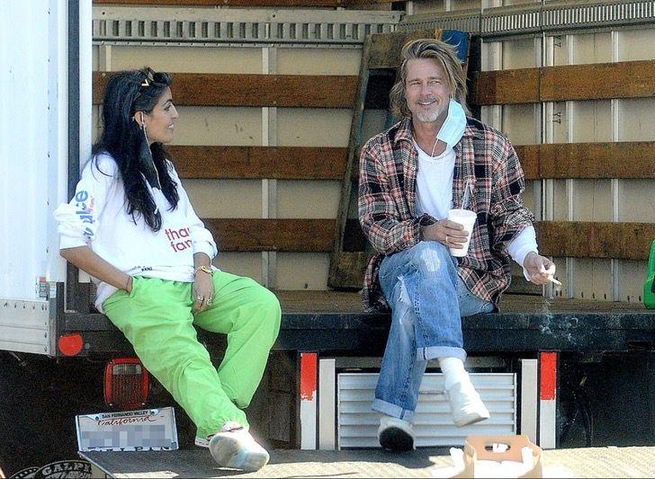 3 4 - Brad Pitt foi fotografado levando comida e ajuda aos necessitados. Ele colabora sem se exibir