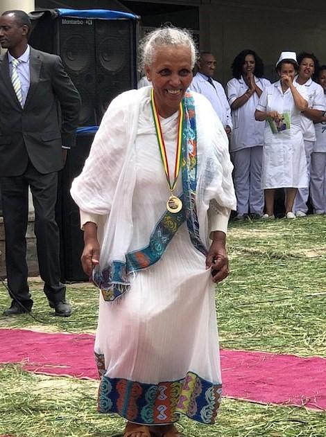 """34553968 8845681 image a 82 1603084880868 - Ela não sabia ler nem escrever e se tornou uma grande cirurgiã. É o """"futuro da medicina africana""""."""