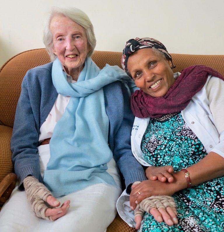 """34553996 8845681 image a 72 1603076619886 768x797 1 - Ela não sabia ler nem escrever e se tornou uma grande cirurgiã. É o """"futuro da medicina africana""""."""