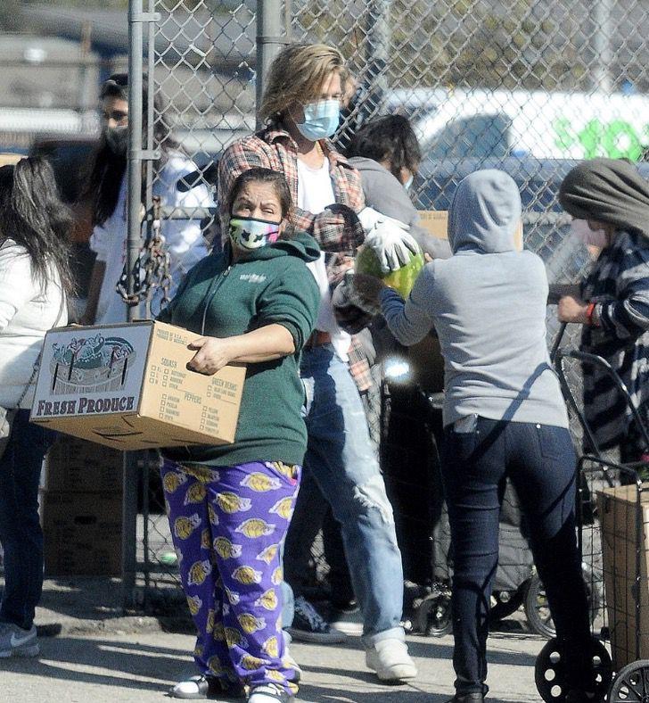 4 4 - Brad Pitt foi fotografado levando comida e ajuda aos necessitados. Ele colabora sem se exibir