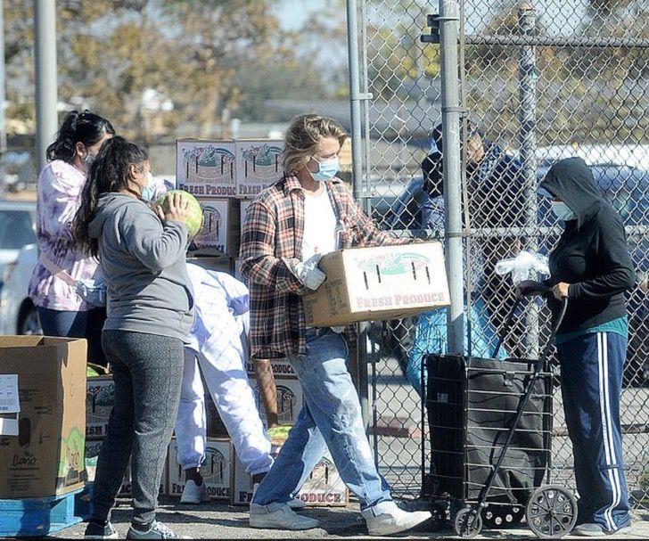 5 3 - Brad Pitt foi fotografado levando comida e ajuda aos necessitados. Ele colabora sem se exibir