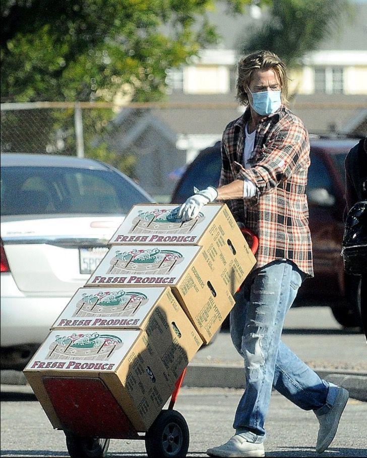 6 2 2 - Brad Pitt foi fotografado levando comida e ajuda aos necessitados. Ele colabora sem se exibir